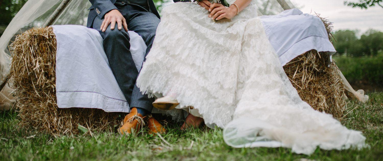 couple de mariés sur bottes de paille