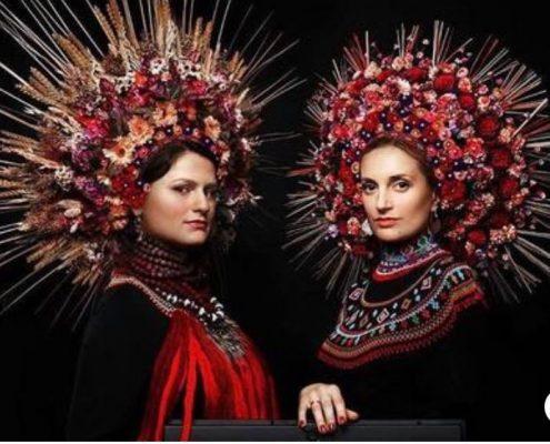 duo dagadana avec leur vino à fleurs rouges